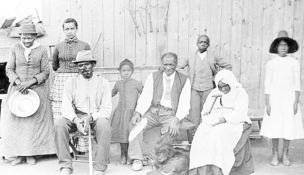 Harriet Tubman, a la izquierda, en el hogar que creó en su casa luego de la Guerra Civil.
